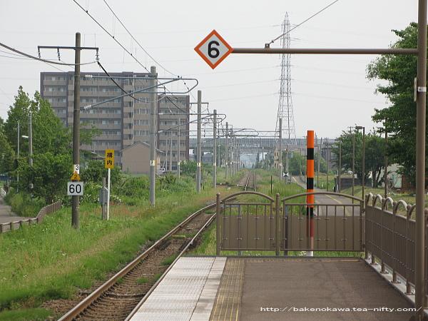 ホーム端から高田駅方を見る