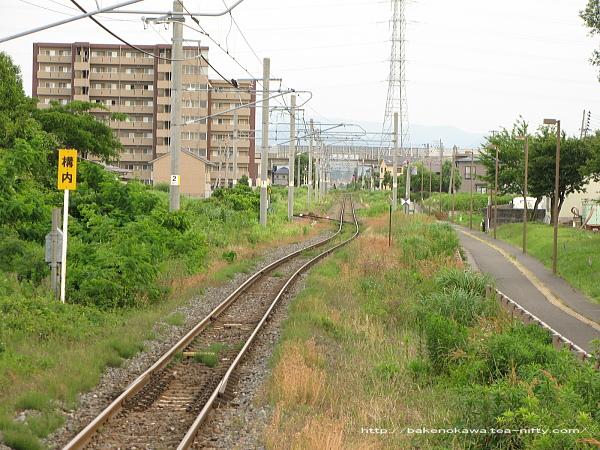 不自然な線路の曲がり方と横取り線の分岐