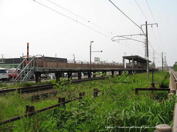 駅舎反対側の線路と並行する道路から見た春日山駅構内