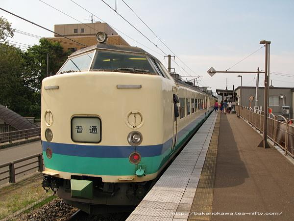 春日山駅に停車中の485系電車普通列車
