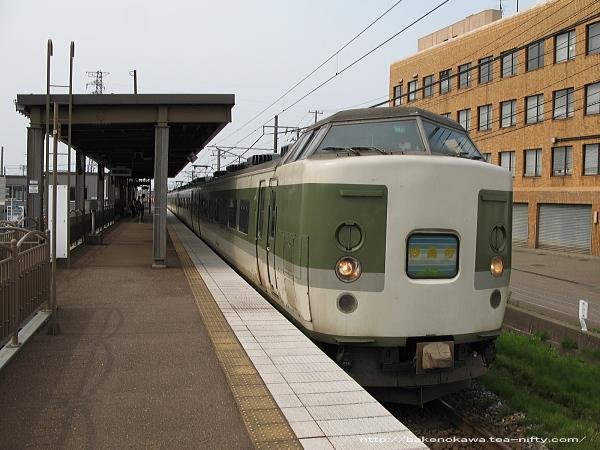 春日山駅に到着した189系電車の普通列車「妙高」長野行