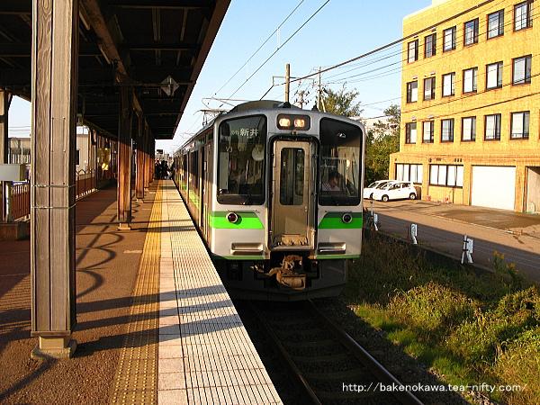 春日山駅に停車中のET127系電車新井行