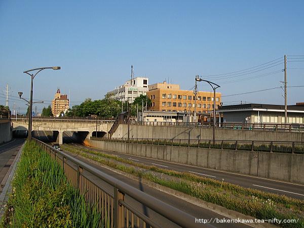 春日山駅の東西を結ぶ道路