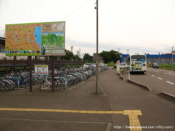 春日山駅前広場の様子