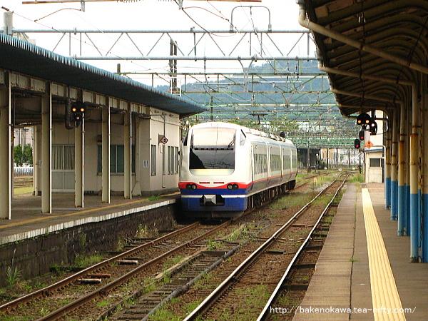 直江津駅を出発した「しらゆき」