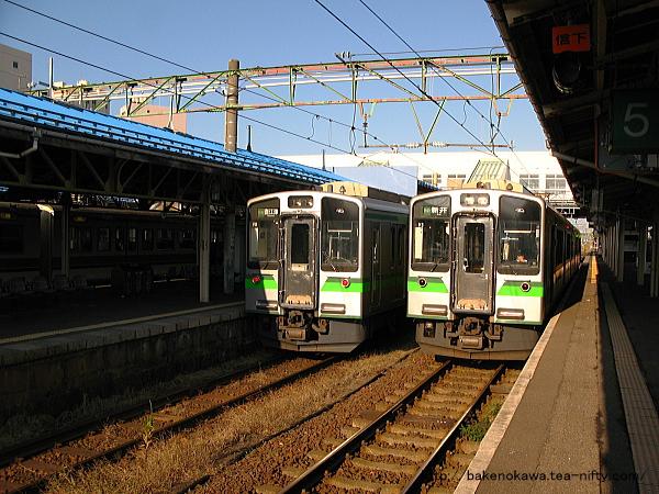 直江津駅で待機中のET127系電車