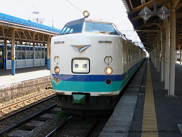 直江津駅で待機中の485系電車普通列車