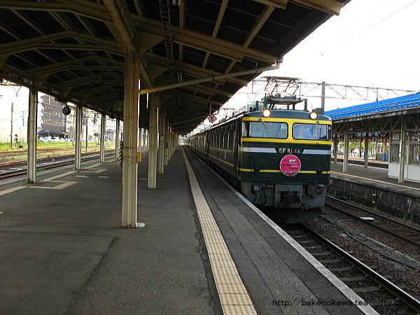 寝台特急「トワイライトエクスプレス」が直江津駅に進入その1