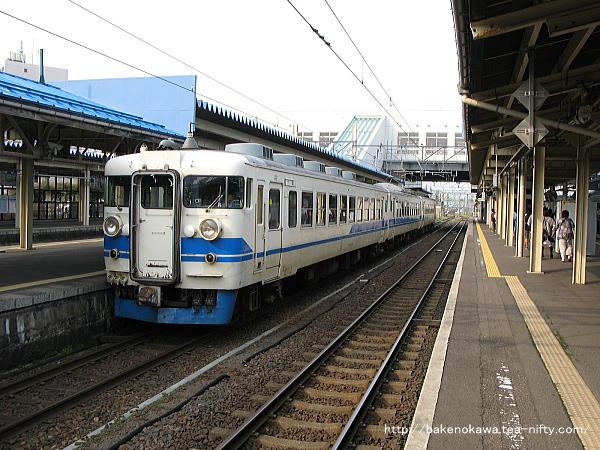 直江津駅に停車中の475系電車