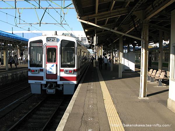 直江津駅で待機中のHK100形電車