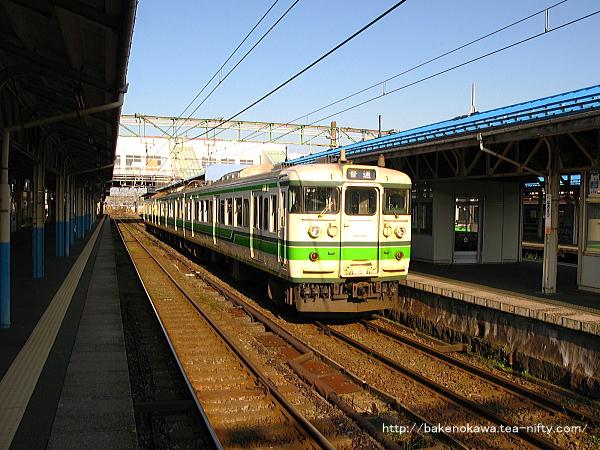 直江津駅に停車中の115系電車
