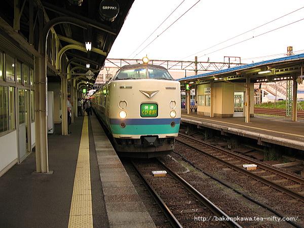 直江津駅に到着した485系電車快速「くびき野」
