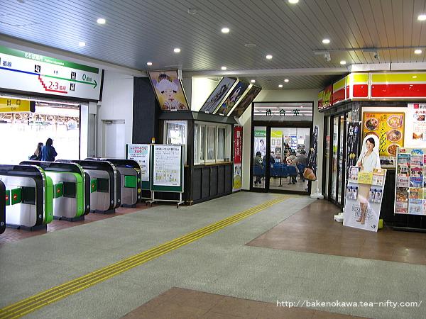 駅舎内向かって右側の待合室出入り口とその右隣のヤマザキデイリー