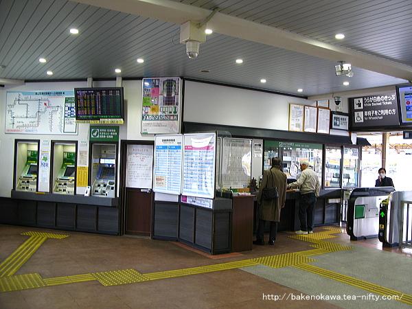 駅舎向かって左側の窓口と自動券売機三台