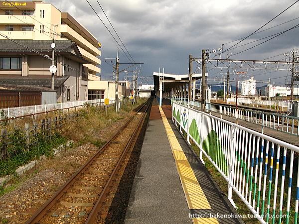 白新線専用の切り欠き型頭端式ホーム・0番線を西新発田駅方から見る