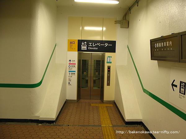 構内地下道のエレベーター