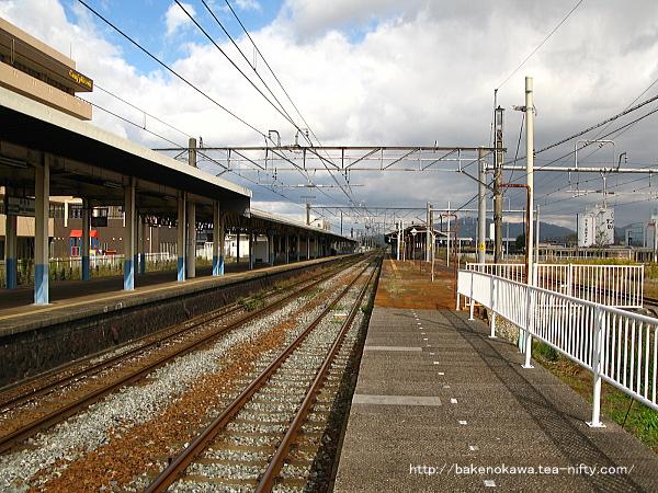 島式ホーム2番の中浦駅方から見た新発田駅構内