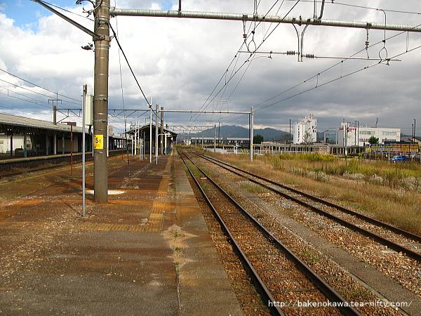 島式ホームの3番線の中浦駅方から見た新発田駅東側