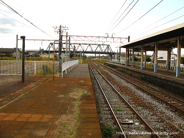 2番線端から中浦駅方を見通す