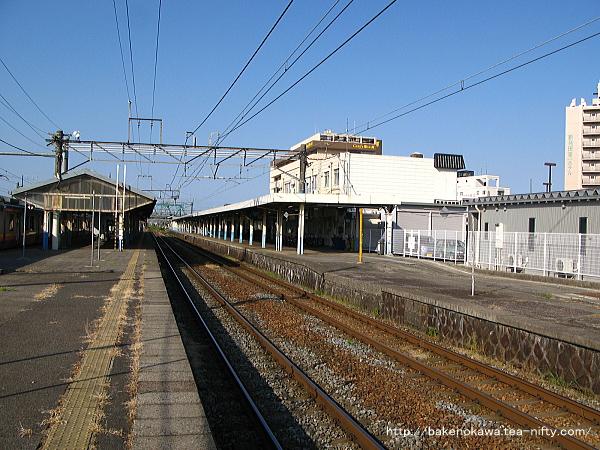 島式ホーム2番線の加治駅方から見た新発田駅構内