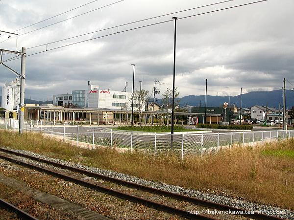 有料駐車場が併設された新発田駅東側の交通広場