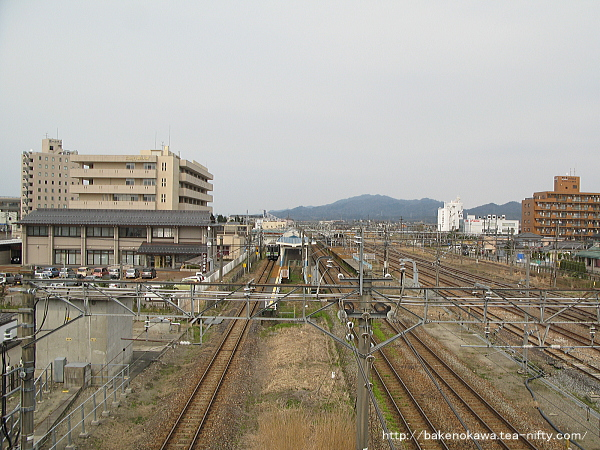 陸橋上から俯瞰で見た新発田駅全景