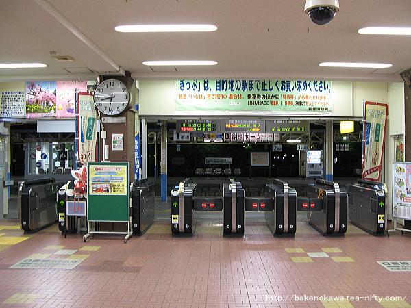 リニューアル以前の新発田駅駅舎内自動改札機群