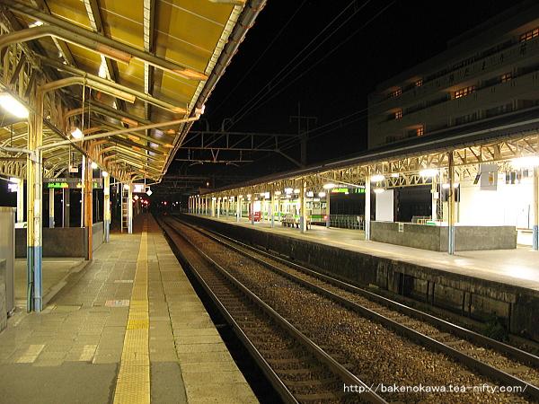 島式ホーム2番線中央部から構内の西新発田駅方を見る
