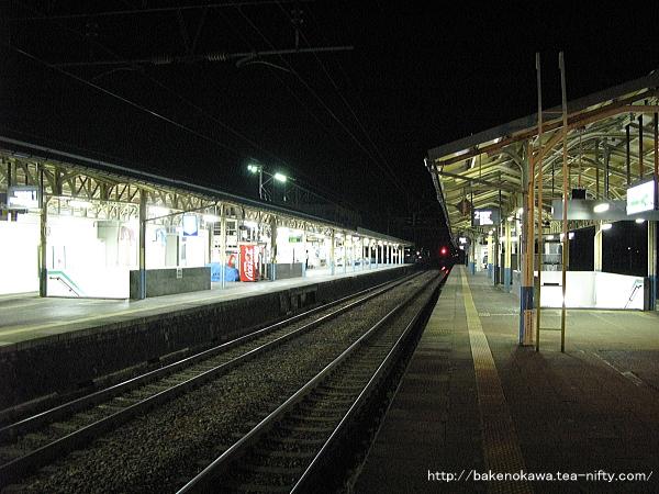 島式ホーム2番線の西新発田駅方から見た夜の新発田駅構内