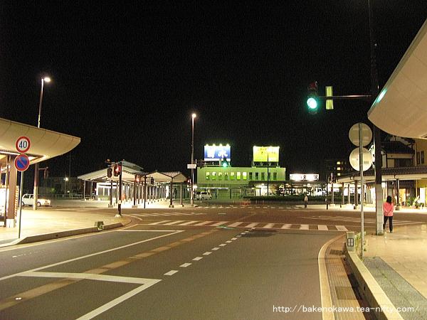 夜の新発田駅前の様子