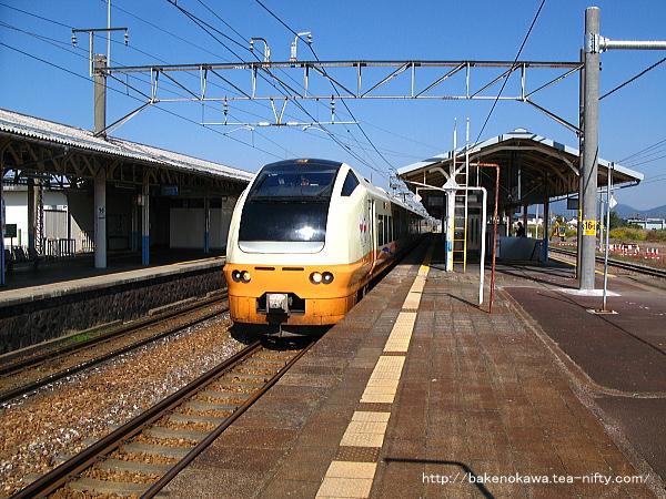 新発田駅2番線に停車中のE653系電車特急「いなほ」新潟行