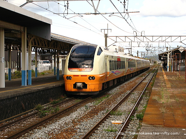 新発田駅1番線に到着したE653系電車特急「いなほ」秋田行