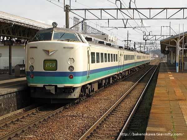 新発田駅1番線から出発する485系電車T編成の特急「いなほ」秋田行