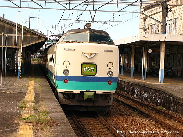 新発田駅2番線に停車中の485系電車T編成の特急「いなほ」新潟行
