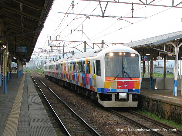 新発田駅2番線を出発する全車指定の快速「きらきらうえつ」新潟行