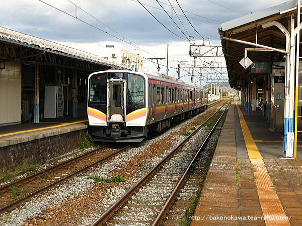 新発田駅から出発するE129系電車