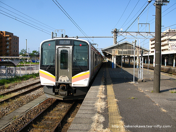新発田駅3番線で待機中のE129系電車新津行