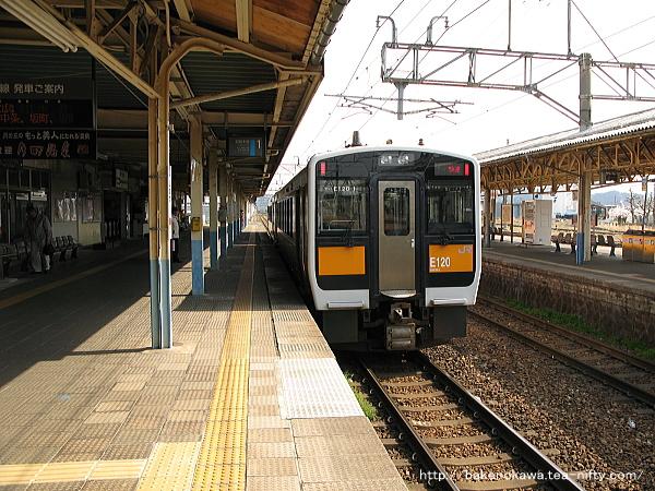 新発田駅1番線を出発するキハ110+キハE120気動車の快速「べにばな」米沢行