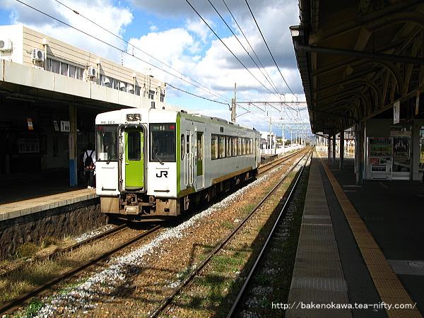 1番線に到着した、当駅止まりの新津駅発キハ110形気動車