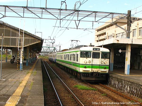 新発田駅1番線に停車中の115系電車村上行