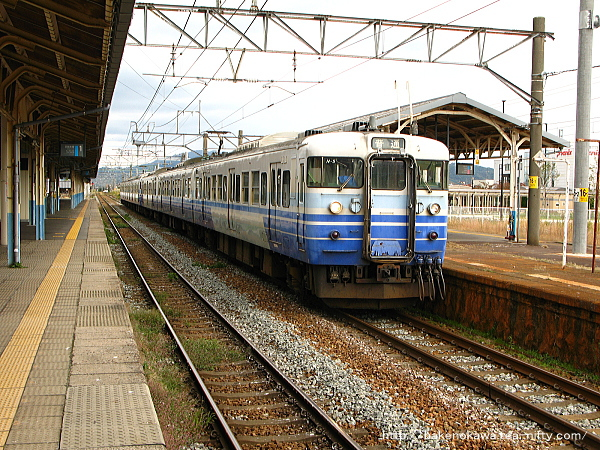 新発田駅から出発する115系電車新潟行