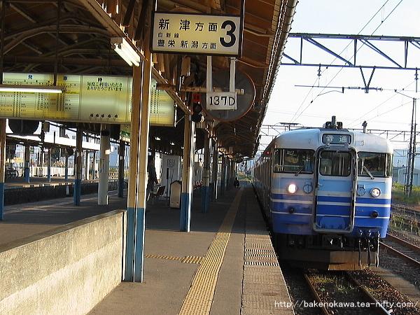 新発田駅3番線で待機中の115系電車新津行