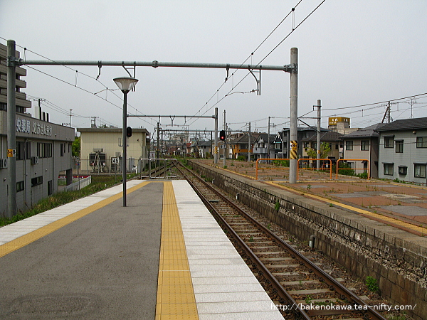 3-4番島式ホーム端から関屋駅方を見る