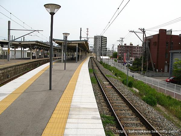 3-4番島式ホームの関屋駅方から見た白山駅構内