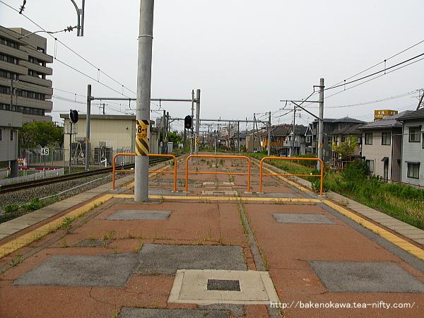 1-2番島式ホーム端から関屋駅方を見る