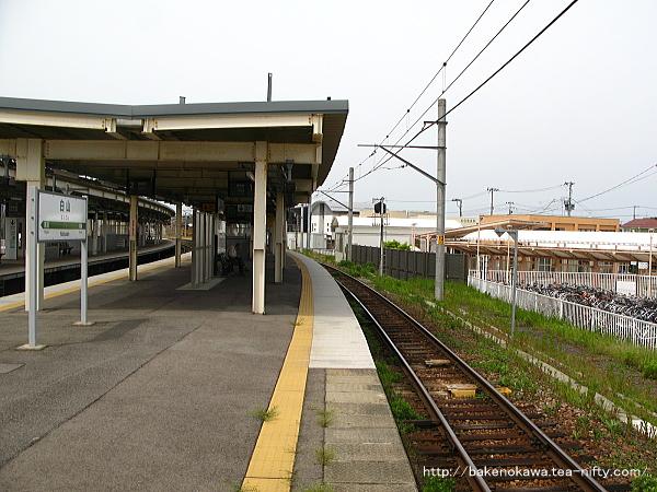 1-2番島式ホームの1番線新潟駅方から見た白山駅構内