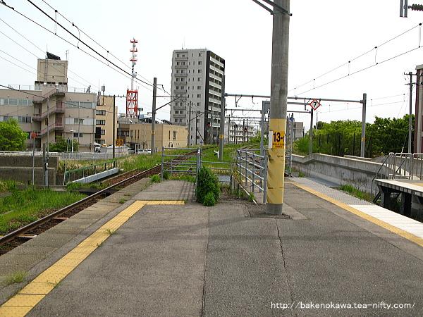 1-2番島式ホーム端から新潟駅方面を見る