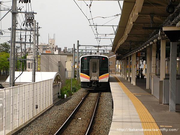 白山駅を出発したE129系電車