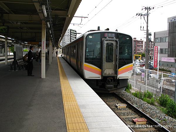 白山駅に到着したE129系電車