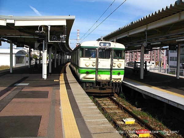 白山駅3番線に停車中の115系電車吉田行